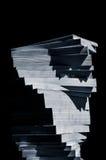 Virvel av staplade böcker i tonade svartvita blått Arkivbild