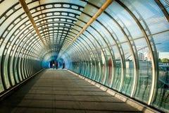 Virvel som den fot- bron som byggs med exponeringsglas och stål och två Arkivfoto