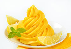 Virvla runt av gulingkräm Royaltyfria Bilder