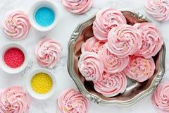 Virvlad runt rosa maräng med färgade sockerstänk arkivfoto