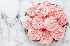 Virvlad runt rosa maräng med färgade sockerstänk fotografering för bildbyråer