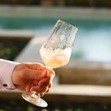 Virvlande runt exponeringsglas av rosa vin på vinavsmakning Begrepp av rossegern royaltyfria bilder