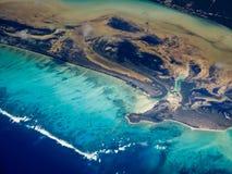 Virvlande runt flyg- sikt för modell av karibiska öar arkivbilder