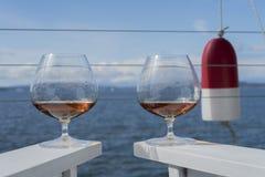 Virvlande runt konjak i exponeringsglas Royaltyfri Bild