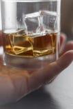 Virvlande runt konjak i exponeringsglas Royaltyfri Foto