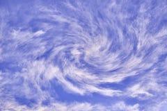 Virvlande runt moln för vit på en blå himmel Fotografering för Bildbyråer