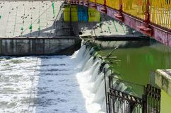 virvlande runt vatten släppt från bevattningfördämningen royaltyfri fotografi