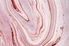 Virvlar av marmor eller krusningarna av agat Vätskemarmortextur med rosa färg- och bruntfärger Abstrakt målningbakgrund arkivbilder