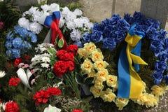 Virvlar med ryska och ukrainska nationsflaggor royaltyfria foton