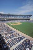 Visão de longo prazo do diamante e da bancada de basebol durante o jogo de basebol profissional, parque de Comiskey, Illinois Foto de Stock