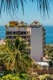 Visão de longo prazo de uma barra tropical do céu da sala de estar da parte superior do telhado em um d ensolarado quente foto de stock royalty free