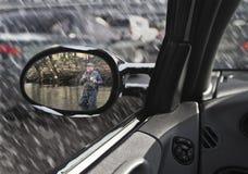 Visão ele mesmo do homem no espelho do sideview do automóvel Fotos de Stock Royalty Free
