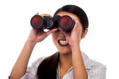 Visão incorporada da mulher através dos binóculos Fotografia de Stock