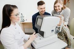 Visão pediatra da verificação do oftalmologista da recepção da família fotos de stock