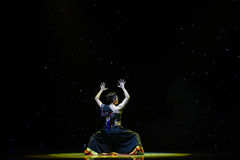 A visão quests - a dança popular Nacionalidade-chinesa preta de Yi fotos de stock royalty free