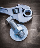 Vis-écrou et boulon de joint de boulon de clé réglable sur le conseil en bois Images stock