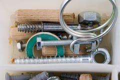 Vis en bois et vis dans un récipient en plastique d'atelier Monteur a Photographie stock libre de droits