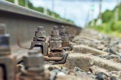 Vis fixant la fin de rail de chemin de fer  Photographie stock