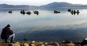 Vis-mens die op het meer vissen Royalty-vrije Stock Foto's