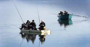 Vis-mens die op het meer vissen Stock Foto
