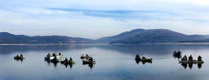 Vis-mens die op het meer vissen Stock Fotografie