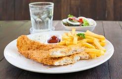 Vis met patat op witte plaat Royalty-vrije Stock Afbeelding