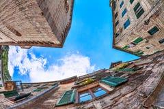 Vis-oog mening van de oude stad op hemelachtergrond Stock Foto's