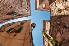 Vis-oog mening van de oude stad op hemelachtergrond stock afbeelding