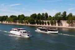 Vis rivier met toeristenschip in met de zegen Parijs Stock Afbeeldingen