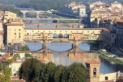 Visa den Ponte Vecchio och Arno floden i Florence Arkivbild