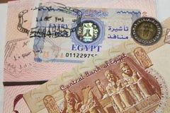 Visa egipcia, dineros y sellos de las aduanas fotos de archivo