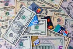 VISA et carte de crédit de MasterCard avec des billets d'un dollar des Etats-Unis Photos libres de droits