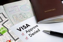 Visa et passeport à approuvé embouti sur une vue supérieure de document dedans photo stock
