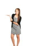 Visa för hand för asiatisk kvinnlig klänning hållande ut Royaltyfri Bild