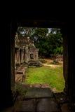 Visa från passagen som är vår in i trädgård av Angkor Wat Royaltyfria Foton