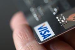 Visa-Karte in der Hand lizenzfreie stockbilder