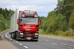 Visa lastbilMANNEN TGX på den lantliga vägen Royaltyfri Bild