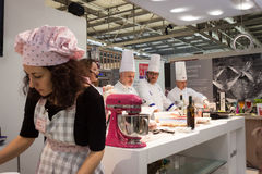 Visa matlagning på HOMI, internationell show för hem i Milan, Italien Arkivbild