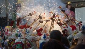 Visa med olika fyrverkerier på stadfyrkanten på Badalona Arkivfoto