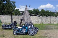 Visa motorcyklar NARVABIKE i territoriet av fästningen av Juli 18, 2010 i Narva, Estland Arkivfoton