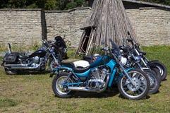 Visa motorcyklar NARVABIKE i territoriet av fästningen av Juli 18, 2010 i Narva, Estland Royaltyfri Foto