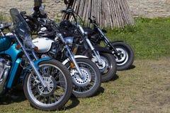 Visa motorcyklar NARVABIKE i territoriet av fästningen av Juli 18, 2010 i Narva, Estland Royaltyfri Bild