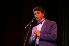 Visa sångaren Sergey Zakharov på etappen av i huset av kultur som namnges efter Gorky Arkivbild