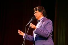 Visa sångaren Sergey Zakharov på etappen av i huset av kultur som namnges efter Gorky Arkivfoto