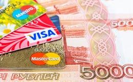 VISA y tarjeta de débito de Mastercard con las rublos rusas Imagen de archivo libre de regalías