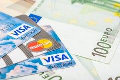 Visa y tarjetas de crédito de Mastercard sobre billetes de banco euro Imagenes de archivo