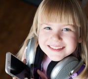Visage, écouteurs et smartphone, sourire Photos stock