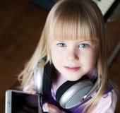 Visage, écouteurs et smartphone, sourire Photo stock
