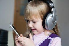Visage, écouteurs et smartphone, sourire Images libres de droits