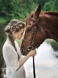 Visage émouvant de cheval de femme Photo libre de droits